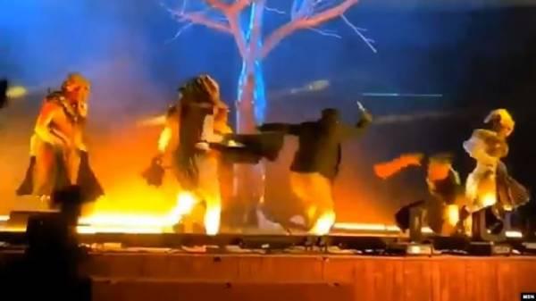 شاهد بالفيديو.. شاب يمني يطعن ثلاثة ممثلين على خشبة مسرح في العاصمة السعودية الرياض لهذا السبب الغريب..!؟
