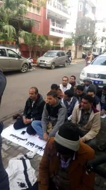 موفدو الجامعات الحكومية يواصلون اعتصامهم أمام مبنى سفارة اليمن في الهند لليوم الثالث