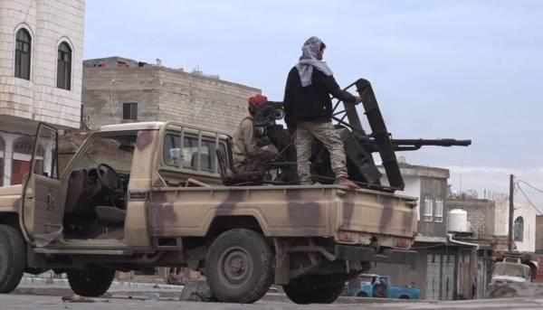 محور تعز يبيع 8 أطقم لمليشيات الحوثي والقائد يوجه بالتحقيق