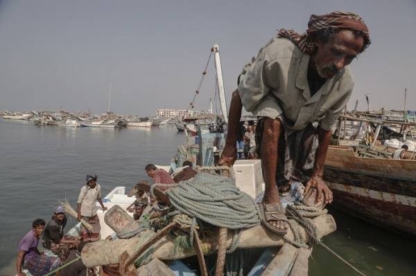 جريمة مروعة تشهدها الحديدة: مشرف حوثي يعذب صيادا حتى الموت، ومحافظ المليشيا: لا أستطيع فعل شيء