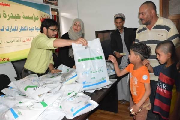 """مؤسسة """"حيدرة"""" ومنظمة """"الأيادي النقية"""" تدشنان توزيع كسوة عيد الفطر للأطفال الفقراء"""