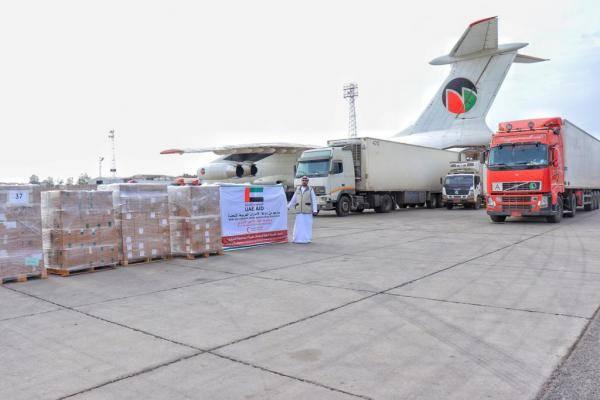 شحنة أدوية ومستلزمات طبية إماراتية تصل إلى مطار عدن