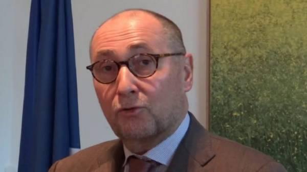 شاهد بالفيديو.. الجزائريون يطردون السفير الفرنسي خلال تشييع جثمان قائد الجيش