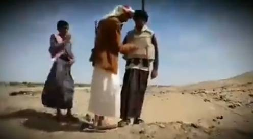 شاهد.. شاب يمني يخترع سترة ضد الرصاص ويجربها على نفسه بطريقة مرعبة..!؟ - (صورة+تفاصيل)