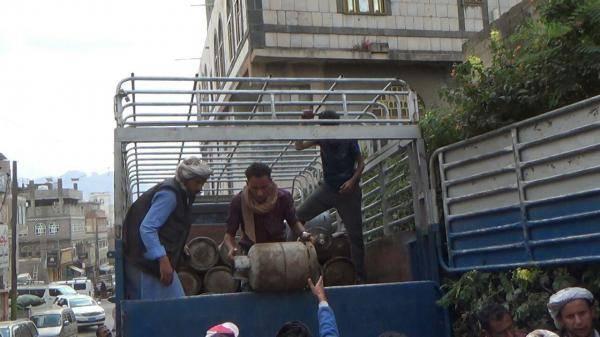 رغم الأزمة الخانقة.. الحوثيون يحتجزون بذمار 20 قاطرة غاز مخصصة للمحافظة لهذه الأسباب..!؟