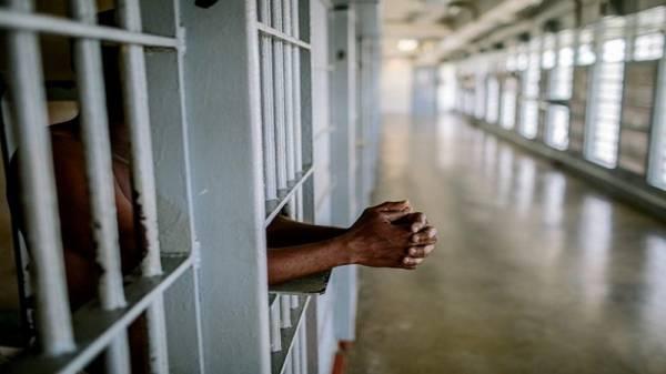 """""""دولة عربية"""" تفرج عن آلاف السجناء للحد من انتشار كورونا"""
