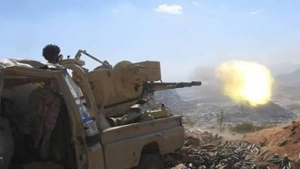 """الضالع.. اشتباكات بـ""""الفاخر"""" ومدفعية """"المشتركة"""" تمطر مواقع مليشيا الحوثي"""