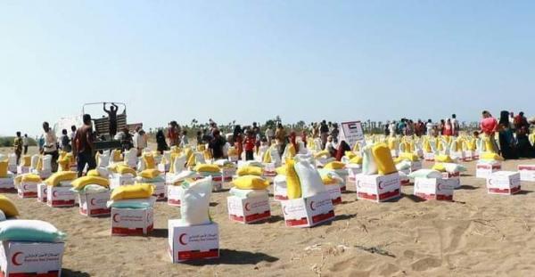 الهلال الإماراتي يوزع مساعدات إغاثية في التحيتا والخوخة