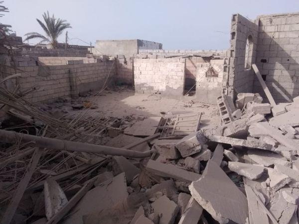 شاهد -  قصف صاروخي إرهابي حوثي على حي سكني في الحديدة يخلف دمارا واسعا