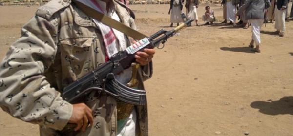 مشرف حوثي يعدم طفلاً في البيضاء